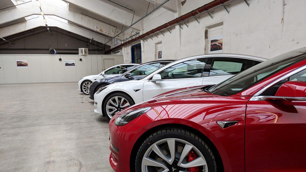 Tesla Model 3 im Abholraum bei Tesla Neuss Delivery