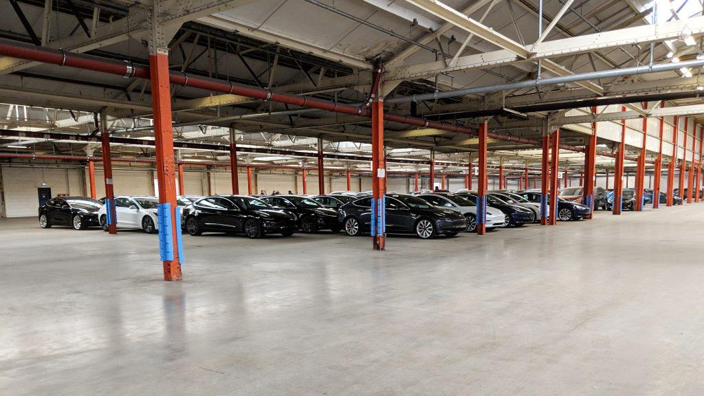 Tesla Model 3 in der Halle