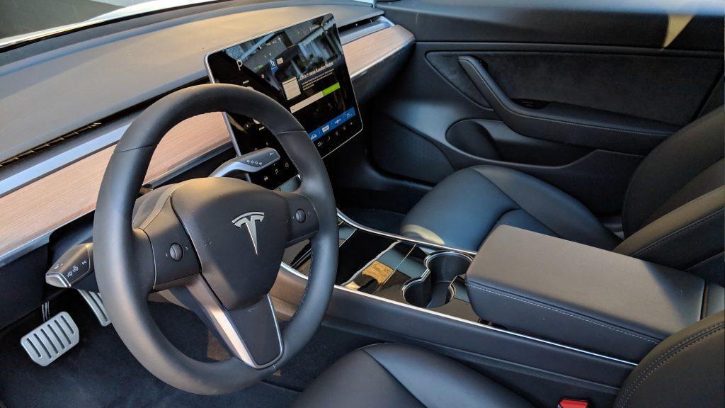 Tesla Model 3 Performance - Innenraum in schwarz bei der Auslieferung