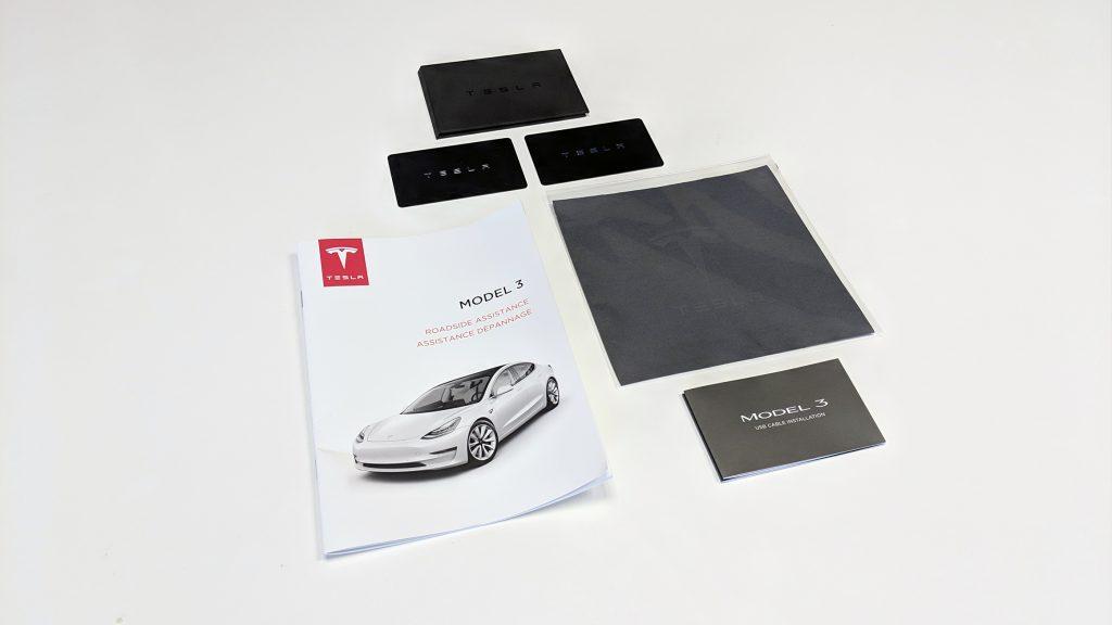 Tesla Model 3 Lieferumfang mit Schlüsselkarten und Roadside Assistance