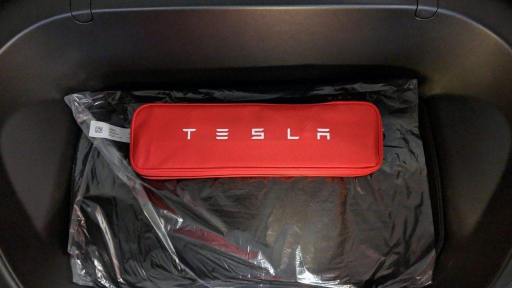 Tesla Model 3 Lieferumfang: Warndreieck