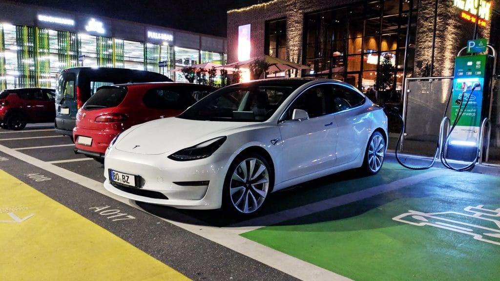 Tesla Model 3 an einer öffentlichen CCS Ladestation